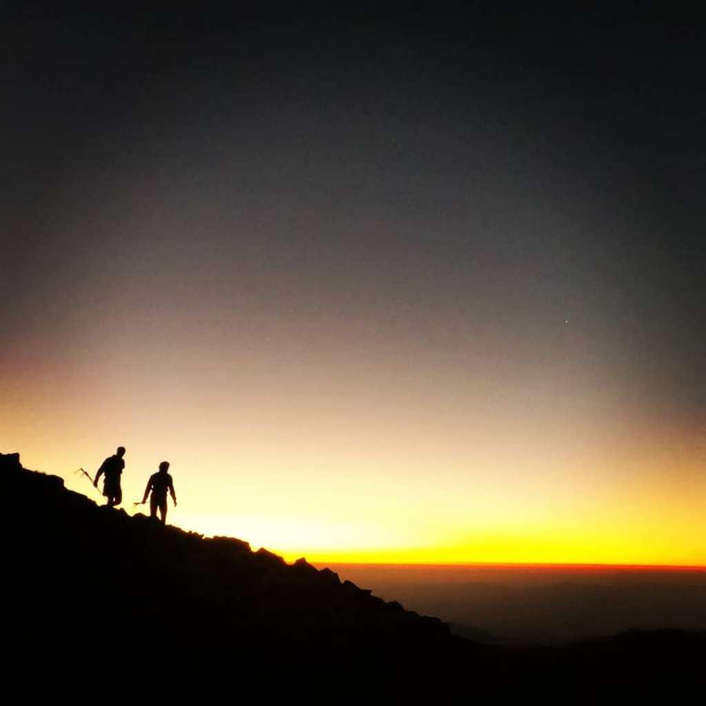 mountain-runners-at-night